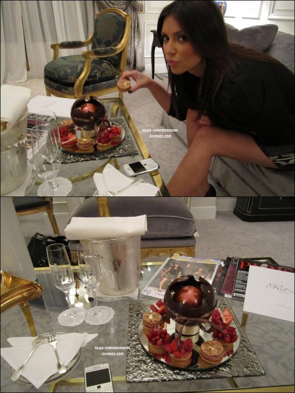 News-KimKardashian Kim Kardashian À son arrivée à Paris ...  Sa chambre d'hôtel était digne d'une princesse avec du champagne, des chocolats et des fleurs et des fraises partout!  Il y avait aussi dans cette chambre un cadeau spécial ... lingerie! elle étais super contente elle sais  Paris est romantique, mais partie seul, elle a un peu  peur! Lolll  News-KimKardashian