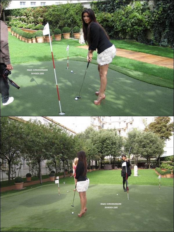 News-KimKardashian Kim Kardashian Fait Une Partie De Golf Sur Paris (75)  Lol! OK, alors peut-être les talons de 4 pouces de kim kardashian ne sont pas les meilleures chaussures de golf ...    Petite question a t'elle mise la bal dans le trou sur la première photo :P ? Que pensez vous de cette tenue ?  News-KimKardashian