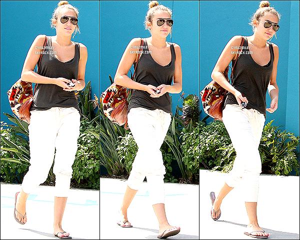 . 28 mars : Miley Cyrus quittant son cour de pilate habituel dans West Hollywood (Californie)._-_Top/Flop ? • Je retrace l'actualité de Miley afin d'actualiser le blog et de compléter le manque d'actu' si besoin, cet article est donc un flashback. .