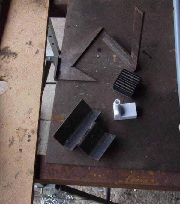 """réalisation d'une """"""""double-vette"""""""" pour le maintient de tubes ou pièces rondes comme manches d'outils divers :  rateaux , gaffes etc"""