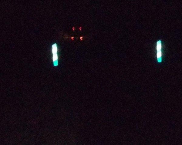 24 jan 19h00 nuit tombée passage d'un car scolaire au niveau d'un pont se phares sont aveuglants donc danger