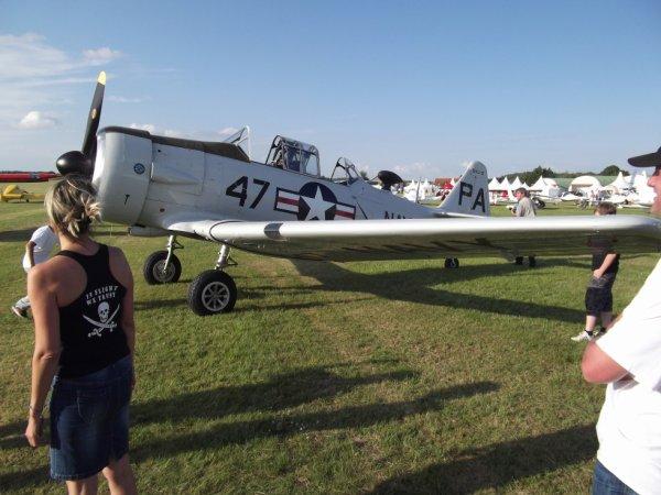 présentation d'un T6 à l'aérodrome du breuil deux articles de la N.R. parle de cet officier de le région centre  qui à retrouvé son avion et l'a restauré près d'un demi siècle plus tard