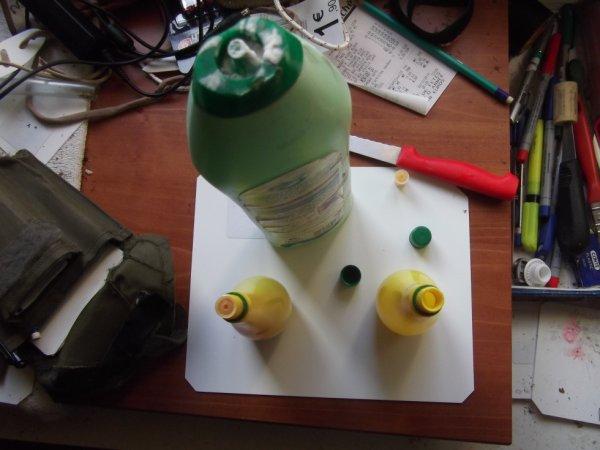 un flacon de jus de citron pour emmener un petit volume de crème à récurer