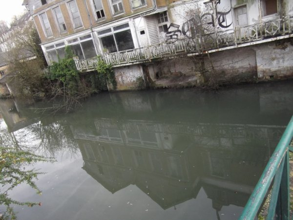 """pour """"Anazarbe"""" reflet d'habitations Vendômoise dans un bras du Loir"""