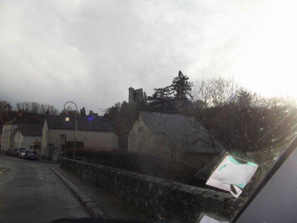 entrée dans le village de Lavardin par le pont (voie unique) enjambant le Loir