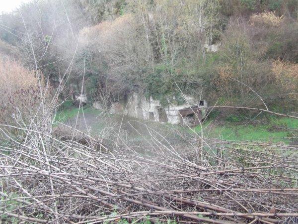 chateau de Lavardin : les caves en dessous de la butte