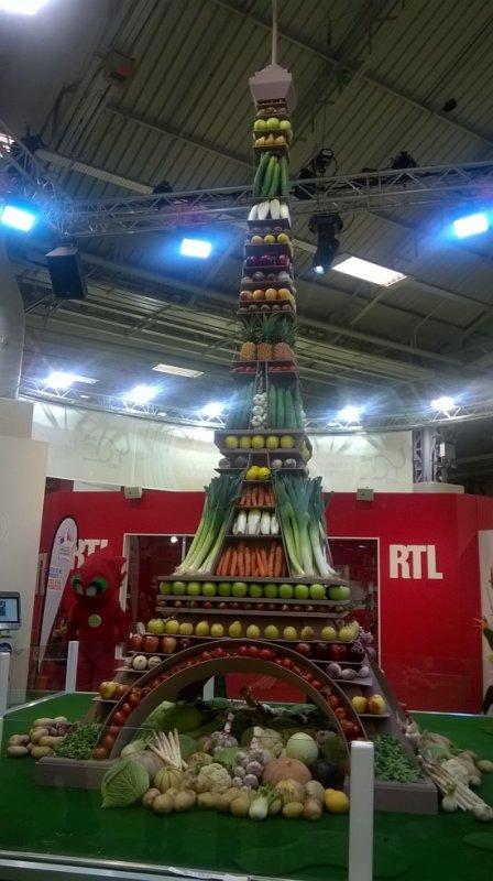 un ami m'a envoyé une foto du salon de l'agriculture tour Eiffel en fruits et légumes