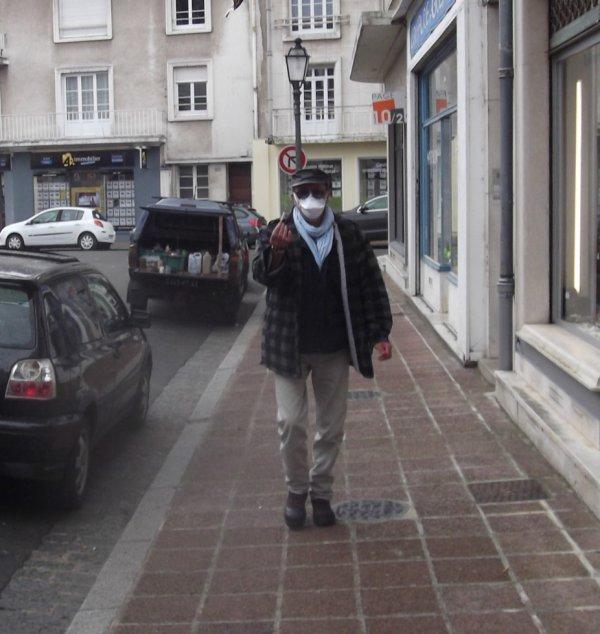 Bernard (le peintre sur vitrines) avec son 4X4 au fond avec bidons de peinture
