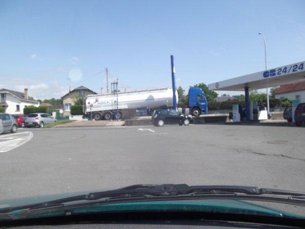 28 MAI super-marché ravitaillé en carburant