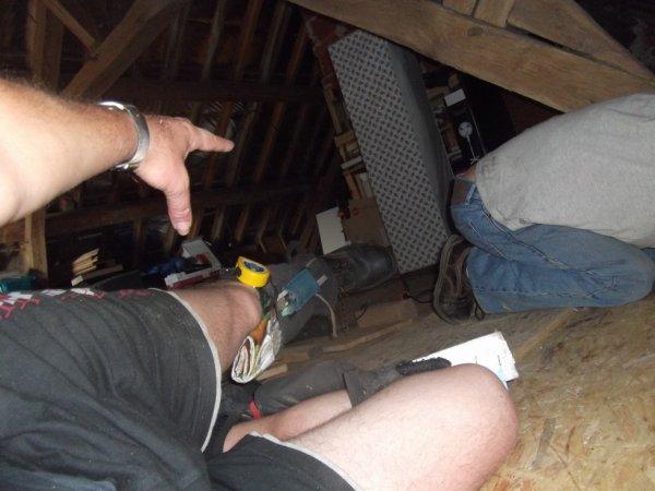 travail dans les greniers mes jambières permettent d'attraper mètre et crayons