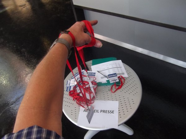 """beaucoup de """"travail"""" imprévu ai donné un coup de main à déméler les cartes de presse ..."""