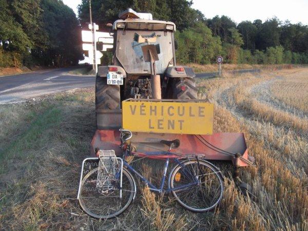 pour amis amateurs d'engins agricoles :  mon vélo est encore plus lent ...