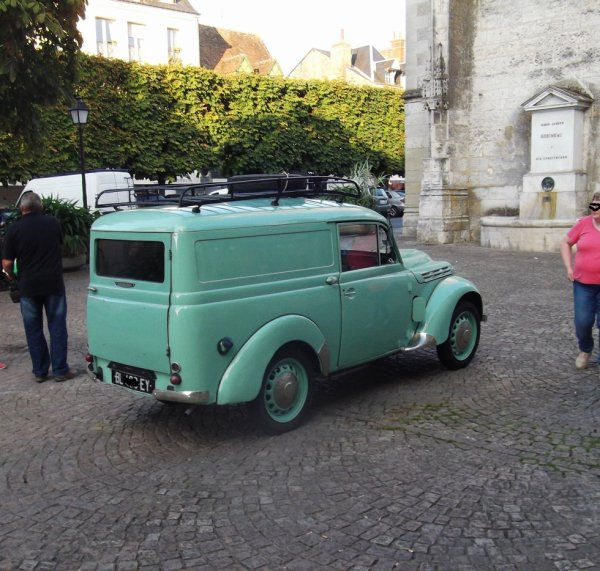 pour amis amateurs de véhicules : une très ancienne