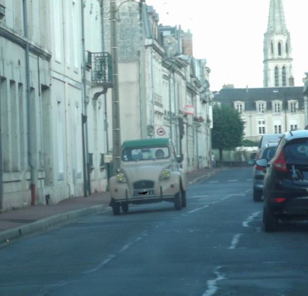pour amis amateurs de véhicules : une deuche en ville