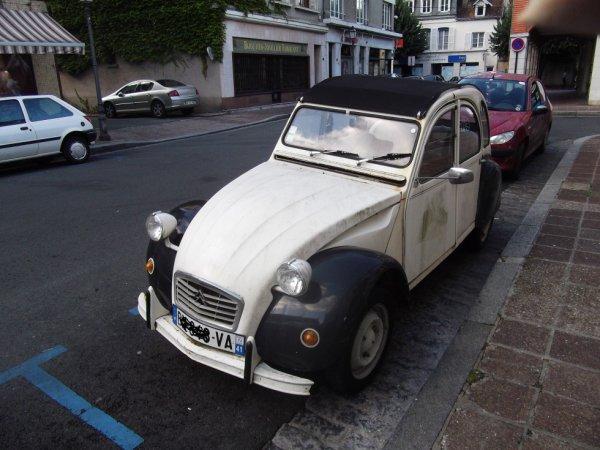 pour amis amateurs de véhicules : et encore une deuche en ville