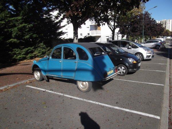 pour amis amateurs de véhicules encore une deuche en ville
