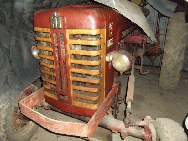 pour amis amateurs de véhicules agricoles : un ancien sous une bâche ballade du DIM 16-10