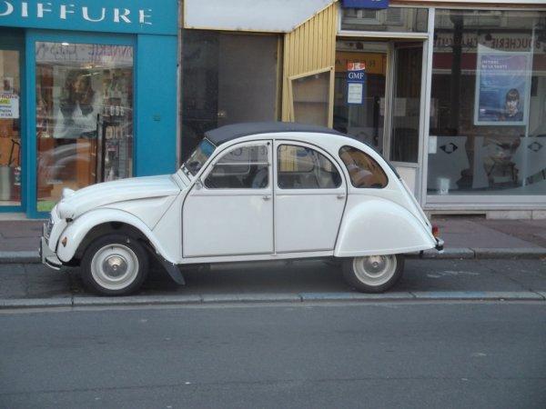 pour amis amateurs de véhicules : vu en ville le 28-10 une 2CV pour ==> http://citroen-2cv.skyrock.com/