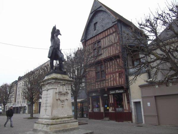 pour amis amateurs d'histoire --- statue du maréchal de Rochambeau à Vendôme
