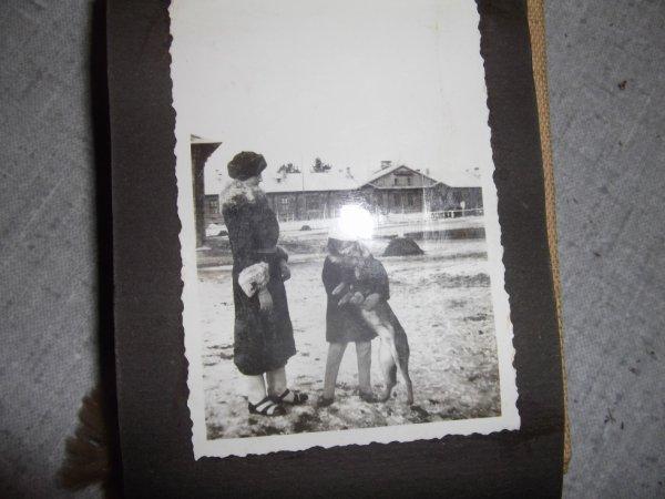 ma mère en 1938 avec le loup trouvé par le grand  père en manoeuvres