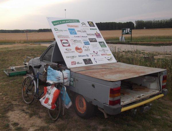 curieux véhicule 2/2 et mon vélo chargé à 40 kilos