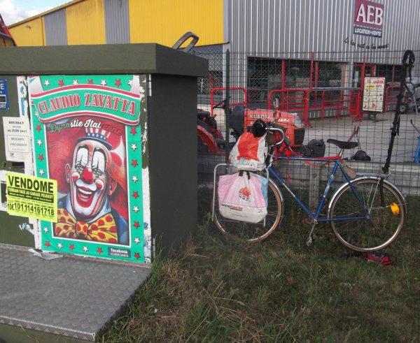 24 2015b JUN première crevaison accroche le vélo au grillage
