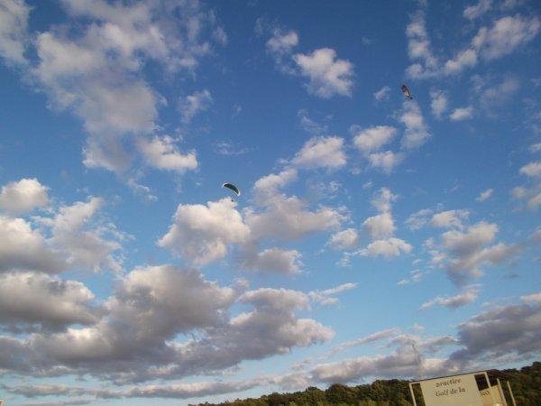 """24 2045b JUN des """"badeaux"""" arrivent du ciel"""