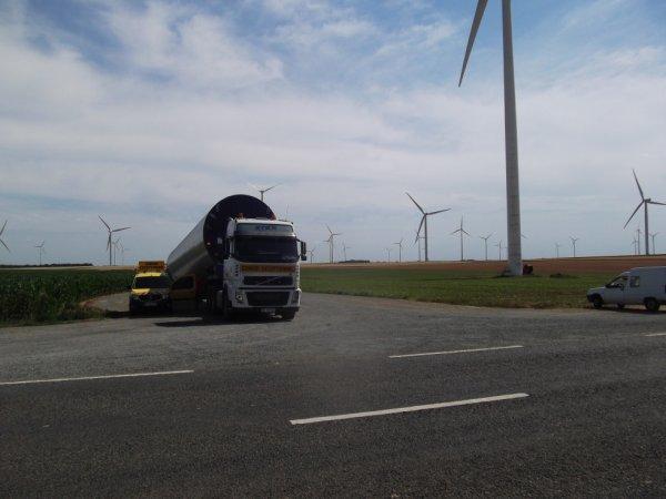 pour amis amateurs de camions sur fond d'éoliennes