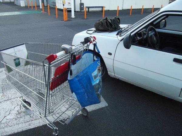 astuce pour tenir un sac à courses ouvert sur un caddy