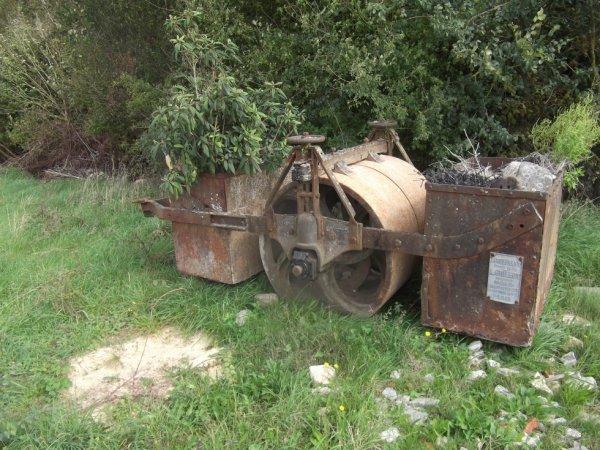 un vieux rouleau compresseur