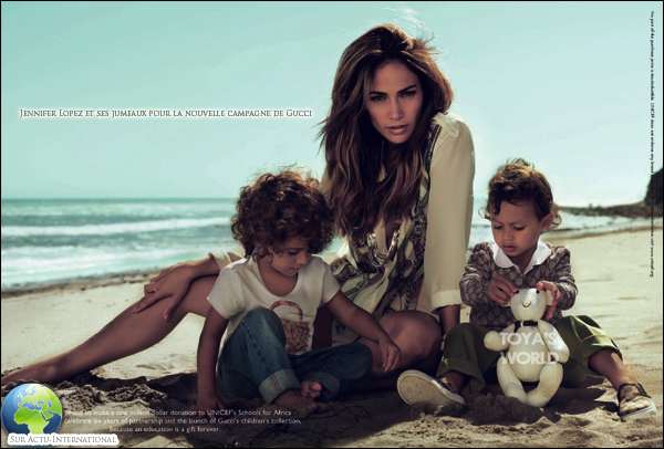 """@ October 24 2010, Jennifer Lopez posant avec ses deux enfants pour la nouvelle collection enfant de la marque Gucci qui reversera 700 000 euros à l'Unicef  à  pour soutenir le projet """"Des écoles pour l'Afrique""""."""