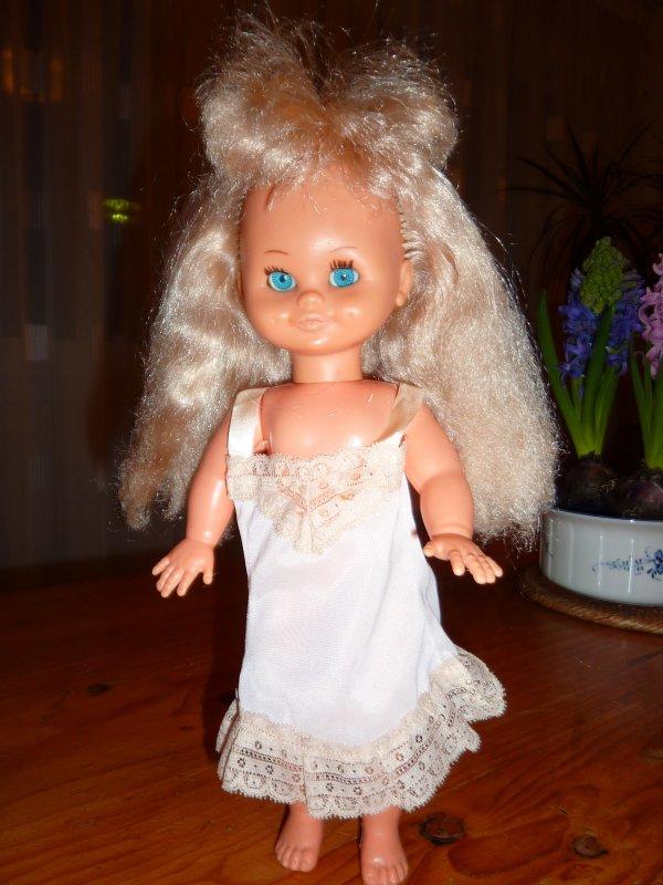 Bella - poupée années 70 en tenue FAMOSA faute de mieux