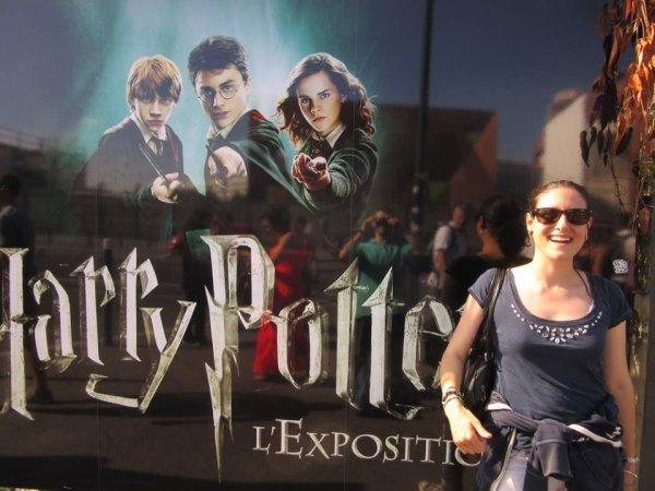 Moi devant l'affiche de l'exposition d'Harry Potter