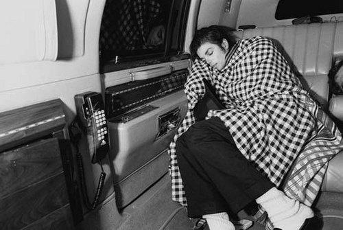 """Michael Jackson en train de roupiller dans son jet privé, pendant la tournée de """"BAD""""..."""