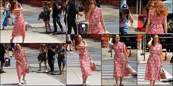 20 juin 2018 : Alors qu'elle se baladait dans les rues de Manhattan, notre rayonnante Zoey jouait avec les paparazzis. Je connais peu d'actrices aussi agréables avec les paparazzis. Elle tape même la pause devant eux, c'est vraiment drôle. Cette fille est asolument géniale.