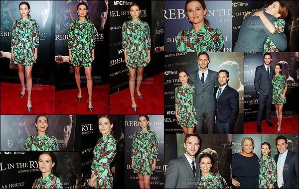 06 septembre 2017 : Zoey était présente à la première de son nouveau film Rebel in the Rye qui se déroulait à N. York. Pour l'occasion, l'actrice était accompagnée de ses co-stars, notamment le fameux Nicholas Hoult. Niveau tenue, c'est un vrai top. J'adore sa robe !