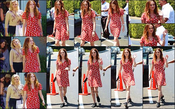 13 août 2017 : Miss Deutch, en compagnie de Chloë Moretz, quittait une fête privée pour Instyle Magazine à Brentwood. Notre radieuse petite actrice était très souriante et portait une jolie robe rouge. Elle aime vraiment cette couleur apparemment ! C'est un très joli top.