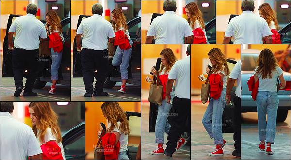 13 septembre 2017 : Zoey a été aperçue arrivant à un rendez-vous qui se déroulait à Beverly Hills, dans Los Angeles. La miss est revenue à ses basiques, c'est à dire une tenue avec des éléments rouges. Ici, se sont les chaussures et la veste qui sont de cette couleur.