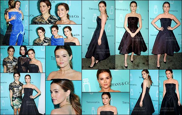 06 septembre 2017 : Par la suite, la jolie Zoey s'est rendue au launch organisé par Tiffany & Co. Fragrance à New York. Lors de cet événement, Z. portait une robe noire que ne trouve pas très jolie. Cela ne la met pas du tout en valeur. De plus, elle ne fait pas naturelle..