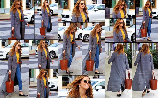 03 janvier 2018 : Zoey, de très bonne humeur, est allée faire un peu de shopping dans les rues de Beverly Hills, à LA. Première sortie de Zoey en ce début 2018. Quel plaisir de la voir dans ce superbe candid. J'espère que ça sera comme cela toute l'année. Beau top !