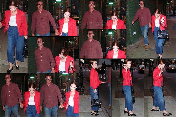 18 juin 2018 : Zoey Deutch et son beau gosse de petit ami Dylan Hayes ont été vu main dans la main dans New York. Ce couple est vraiment adorable, je les aime beaucoup ensemble. Par contre niveau tenue, on repassera. Les deux se sont trompés de décénnie. Un flop.