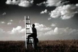 On veut ouours linaccessible, on s'accorche des rêves impossibles. On vit souvent de ce que est beau, c'est pour ça qu'on tombe souvent de hat.