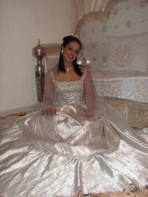 Robe Grise De Princesse Avec Son Voile Gris Transparent
