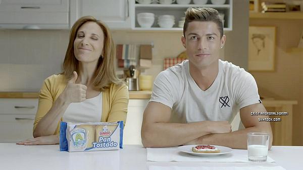 """Cristiano est la nouvelle égérie de la marque de pain de mie mexicaine """"Bimbo"""" . On le voit dans cette vidéo demandant un autographe à une mère de famille, Bref : situation inversé ."""
