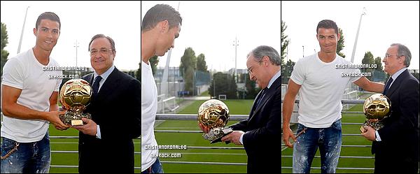 """- 27/08/14 : Cristiano a souhaité remettre une copie de son Ballon d'Or au président du Real: Florentino Pérez  """"Pour le président Florentino Perez. Avec beaucoup de gratitude, Cristiano Ronaldo"""", indiquait la carte qui se trouvait avec le trophée. -"""