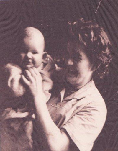 ces la photo de moi avec ma maman  c ma maraine qui me la donnè   el me manque tros ma maman  je les perdu javè 10an el et partie tro de bonne heur   gè meme pas  u le tent de profitè d elle et  de faire des chosse avec el je le regrète enormèment