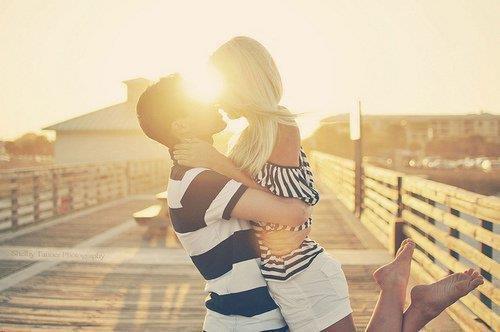 est-ce l'amour qui rend idiot, ou n'ya-t-il que les crétins pour tomber amoureux ? [ G.Musso ]