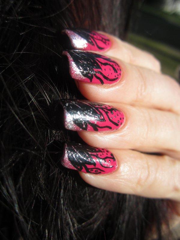 Du rose et noir au bout des ongles