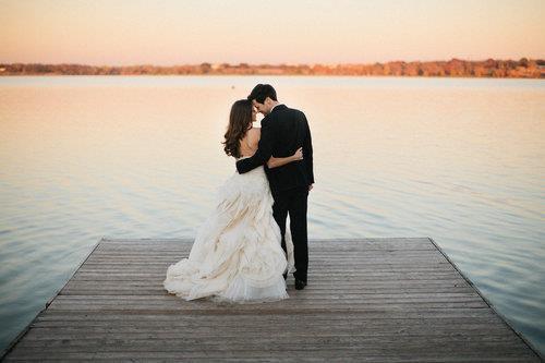 Quand tu aimes quelqu'un, tu le prends en entier, avec toutes ses attaches, toutes ses obligations. Tu prends son histoire, son passé et son présent. Tu prends tout, ou rien du tout.  - Guillaume Musso -