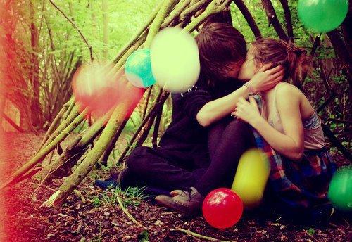On dit que les pensées de deux personnes qui s'aiment finissent toujours par se rencontrer, alors je me demandais souvent en m'endormant le soir s'il t'arrivait de penser à moi quand je pensais à toi.  - Marc Lévy -